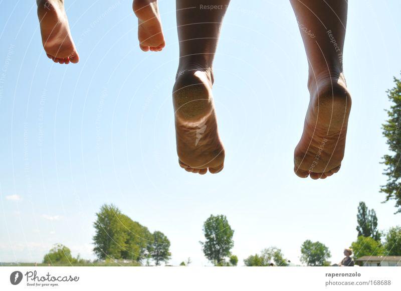 sommer#2 Mensch Himmel Sommer Freude Erwachsene Erholung Leben Glück springen Fuß Familie & Verwandtschaft Zusammensein Kindheit sitzen Beginn paarweise