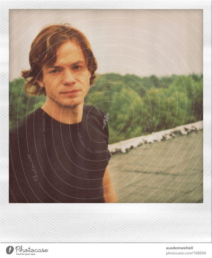 Front Mensch Mann Jugendliche Erwachsene Haus Gesicht Kopf Haare & Frisuren Mund Arme Haut maskulin Nase Dach Polaroid T-Shirt