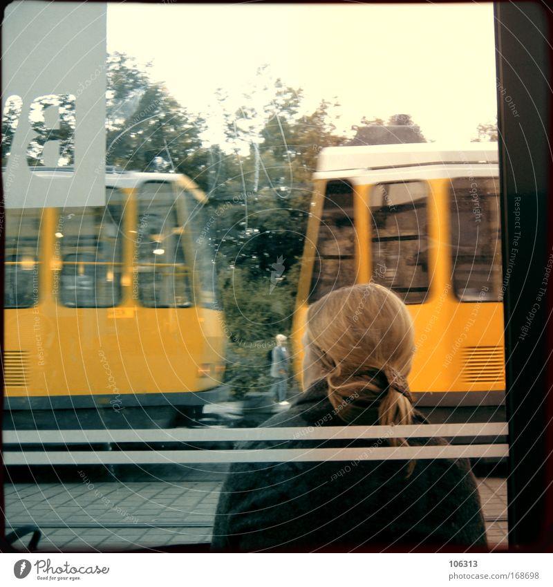 Fotonummer 124452 Frau Stadt warten Erwachsene Dorf Dynamik Bahn Straßenbahn Öffentlicher Personennahverkehr