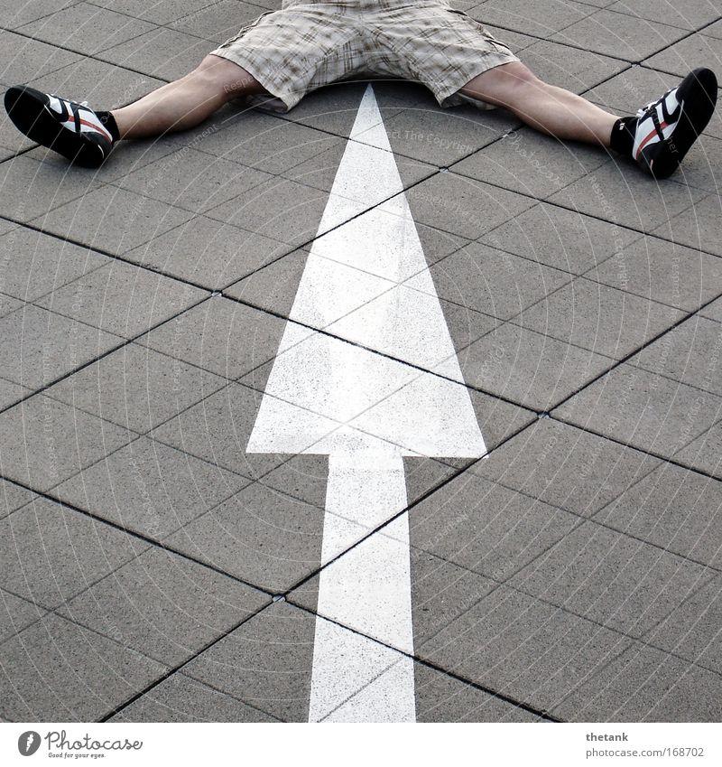 wegweiser Mensch Mann Freude Erwachsene Leben Beine Fuß sitzen Schilder & Markierungen warten maskulin 18-30 Jahre Pfeil Turnschuh kariert Parkhaus