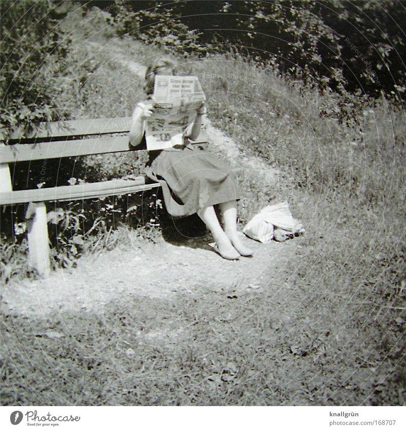 Bildung ist wichtig! Schwarzweißfoto Außenaufnahme Textfreiraum unten Tag lesen Mensch 1 Rock Erholung festhalten sitzen Zufriedenheit klug Lebensfreude Natur