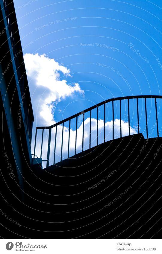Moderne Architektur und Wolken Farbfoto Außenaufnahme abstrakt Menschenleer Textfreiraum oben Textfreiraum unten Hintergrund neutral Tag Licht Schatten Kontrast