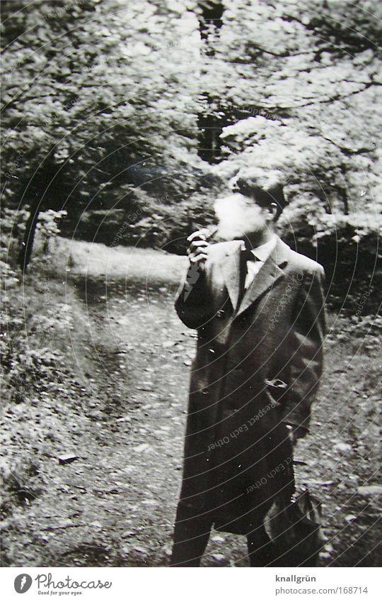Raucher Schwarzweißfoto Außenaufnahme Tag Spaziergang maskulin Mann Erwachsene 1 Mensch Zigarette Pfeife Qualm Zigarettenrauch Pfeifenrauch atmen festhalten