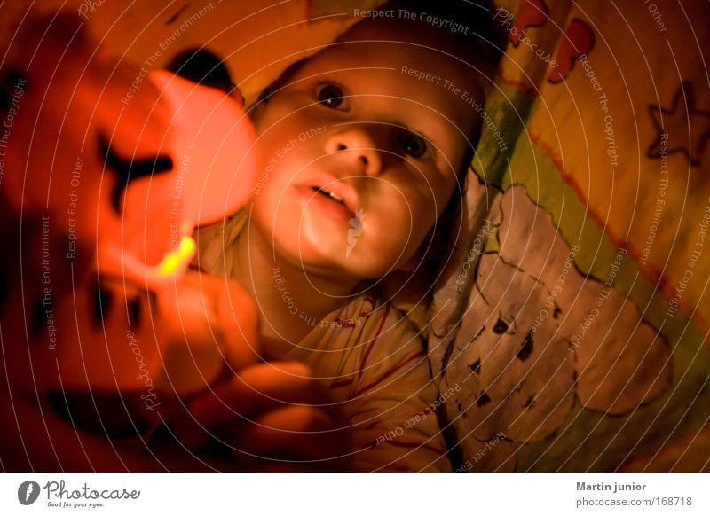 Home sweet home! Mensch Kind rot gelb Spielen Junge Kopf Glück träumen Stimmung Kindheit liegen maskulin Bett Bettwäsche Kleinkind