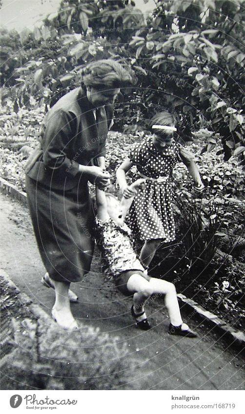 Schrei-Blag Mensch Frau Kind Mädchen Erwachsene Gefühle Junge Bewegung Familie & Verwandtschaft Kindheit Zusammensein gehen maskulin festhalten berühren 45-60 Jahre
