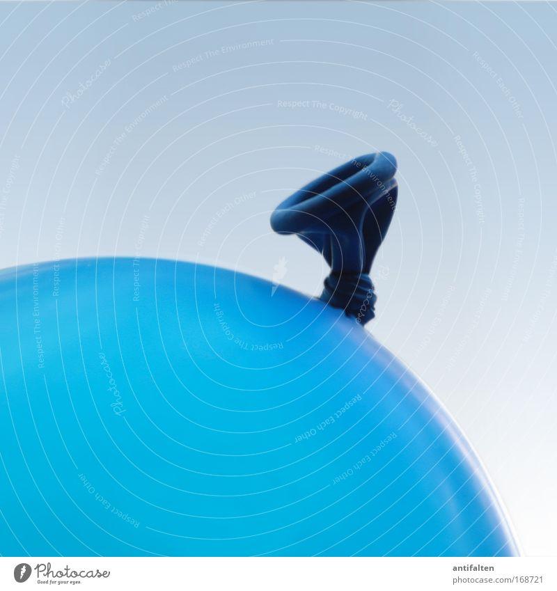 Blue balloon Luftballon blau Farbe Farbfoto Innenaufnahme Nahaufnahme Detailaufnahme Textfreiraum oben Hintergrund neutral Starke Tiefenschärfe