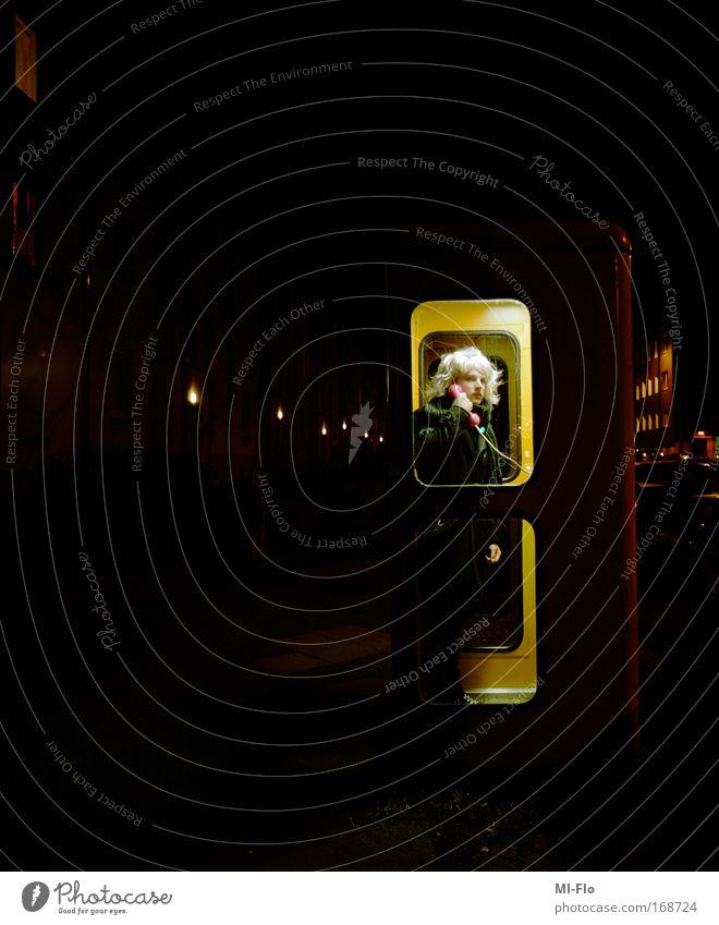 untitled film-flo Winter dunkel kalt Telefon Mantel Telefongespräch sprechen Technik & Technologie Mittelformat Perücke Inszenierung Telefonzelle