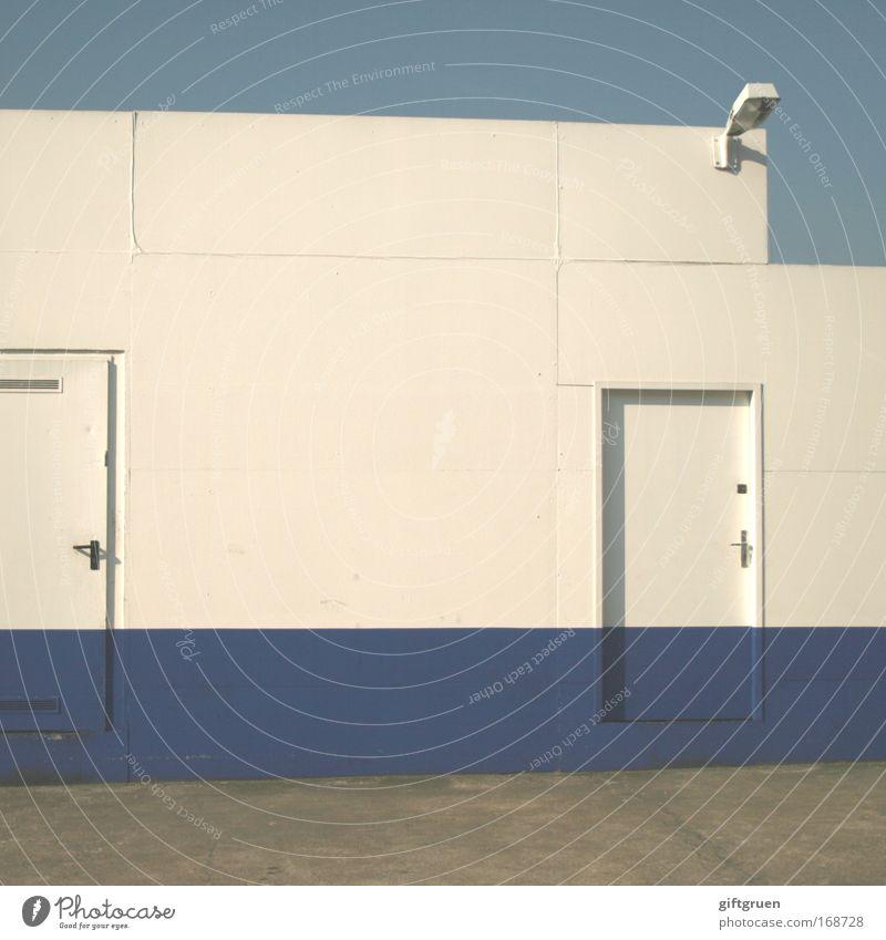 the doors Himmel weiß blau Lampe Wand Mauer Gebäude Tür Industrie Industriefotografie Streifen Bauwerk Werkstatt Eingang Scheinwerfer Industrieanlage