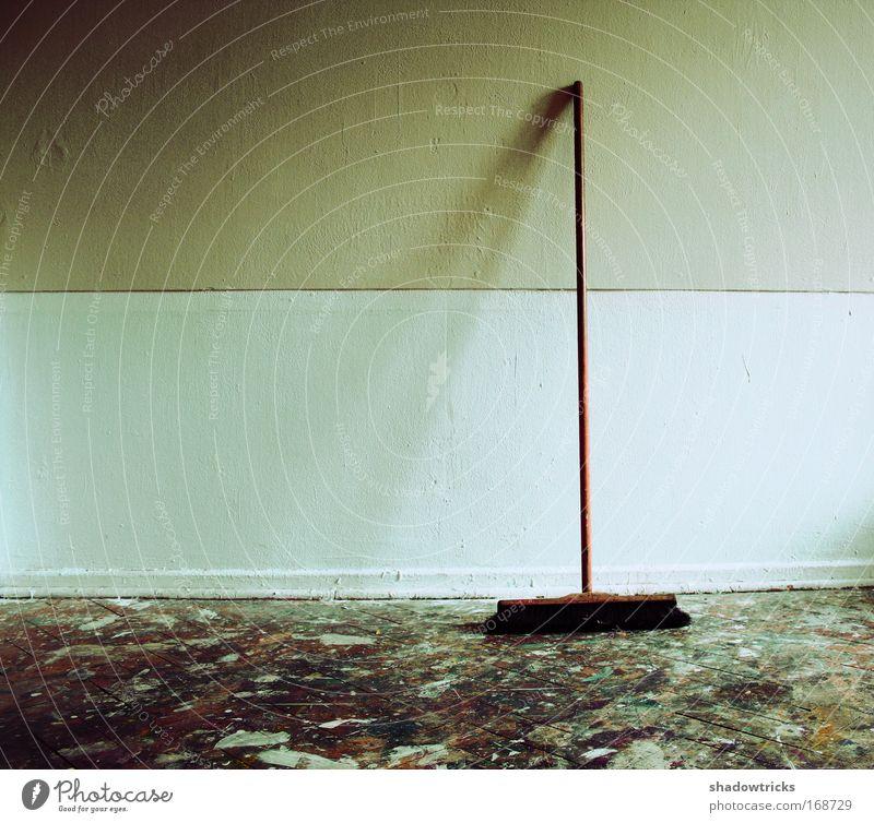 Besen ruhig Farbe Wand Raum dreckig leer ästhetisch trist Sauberkeit Reinigen Umzug (Wohnungswechsel) trashig Desaster Besen