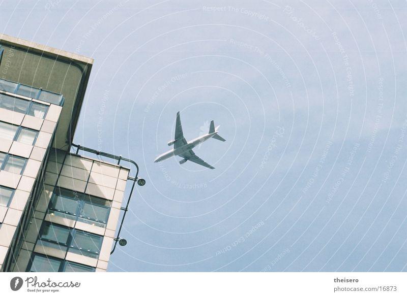 landeanflug Flugzeug Hochhaus Luftverkehr Flugzeuglandung Perspektive Passagierflugzeug nah
