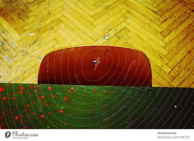 Benin (remixed) grün rot ruhig schwarz gelb Farbe braun Tisch Stuhl außergewöhnlich trashig Zerstörung Parkett geduldig