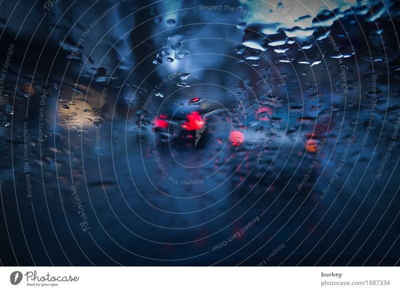 Bremser Berufsverkehr Autofahren Straße beobachten warten kalt nass blau rot träumen Traurigkeit Sorge Trauer Zukunftsangst Frustration Stress Einsamkeit Krise