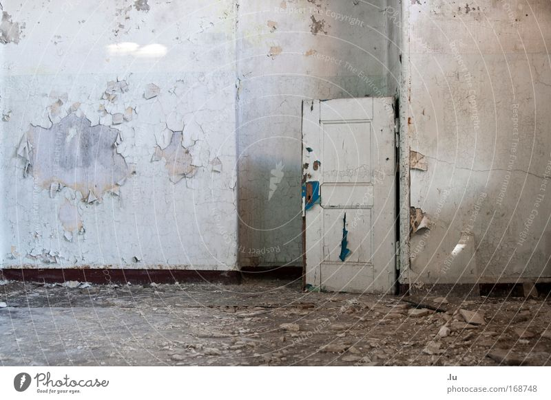 _Fühl Dich, wie zuhause Gedeckte Farben Innenaufnahme Menschenleer Textfreiraum links Totale Ruine Mauer Wand Tür alt Armut dreckig Stress Einsamkeit Verfall