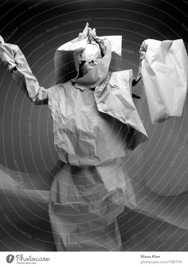 KRIEGER . Mensch Mann weiß schwarz grau Mode Kunst Tanzen wild maskulin Dekoration & Verzierung Papier Zeitung gruselig Theaterschauspiel Wut