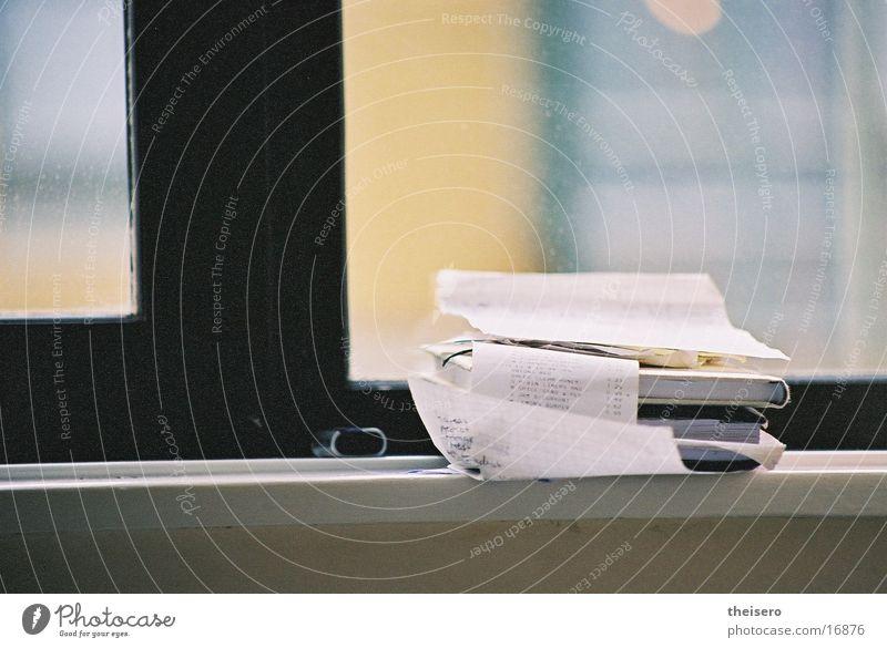 rechnung mit ausblick Fenster Buch Ordnung Häusliches Leben Stapel rechnen Fensterbrett