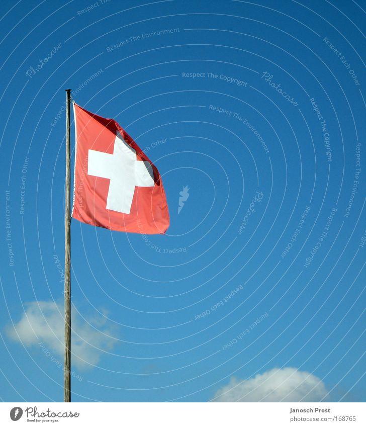 Schweiz im Himmel Ferien & Urlaub & Reisen Tourismus Winter Wolken Schönes Wetter Fahne blau rot weiß Schweizerflagge Fahnenmast himmelblau Wind Farbfoto