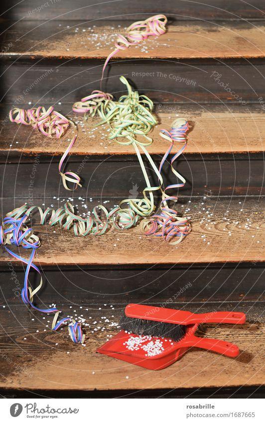 Aschermittwoch - Luftschlangen und Konfetti liegen auf der Treppe mit Schaufel und Besen Party Karneval Kehrschaufel Feste & Feiern dreckig Sauberkeit