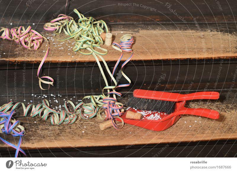 nach der Party Freude Veranstaltung Feste & Feiern Karneval Treppe Dekoration & Verzierung Luftschlangen Konfetti Sektkorken Besen Schaufel Kehrschaufel