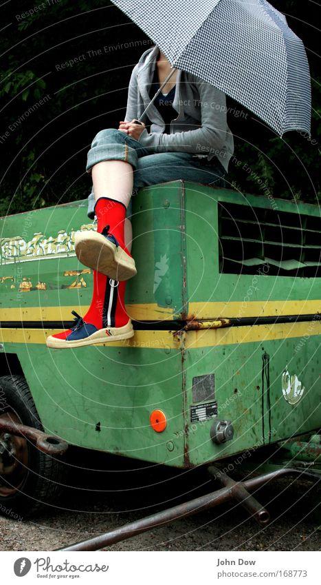 under my -ella Lifestyle Stil Ferien & Urlaub & Reisen Ausflug Städtereise Junge Frau Jugendliche 1 Mensch Mode Regenschirm Schuhe Stiefel Gummistiefel sitzen