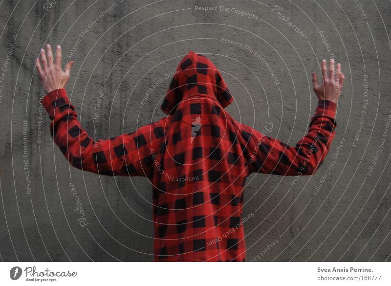 gekesselt Mensch Mann Erwachsene Wand Mauer Angst Fassade maskulin außergewöhnlich Hemd Gewalt drehen Pullover Respekt Polizei Schüchternheit