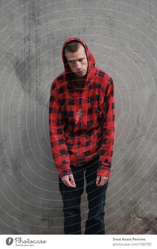 die richtige einstellung Mensch Mann Jugendliche rot Erwachsene Wand Mauer Traurigkeit Fassade maskulin außergewöhnlich 18-30 Jahre Hose Junger Mann trashig hängen