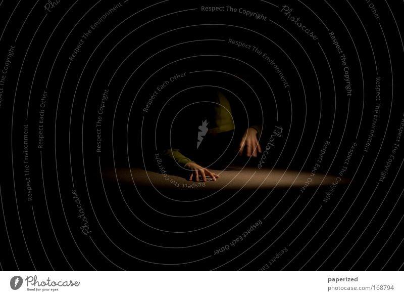 Die Arbeit der Nacht I Mensch Mann Hand grün Erwachsene dunkel Bewegung Kunst braun Kraft gold Angst maskulin Geschwindigkeit authentisch außergewöhnlich