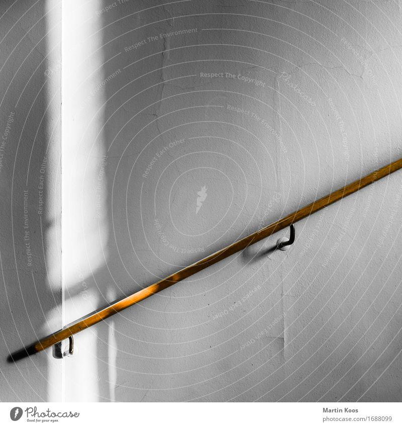 Aufstiegshilfe Haus Mauer Wand Treppe Treppengeländer Holz alt retro Klischee braun grau weiß Optimismus Erfolg Sicherheit Hilfsbereitschaft Ausdauer