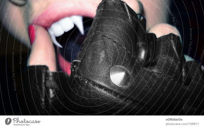 dangerouse. Mensch Hand schwarz dunkel feminin Mund rosa Finger verrückt wild bedrohlich Zähne außergewöhnlich berühren Aggression Vampir