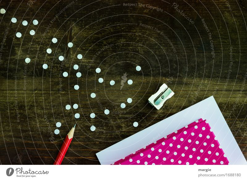 Punkte sammeln: rotes Papier und weiße Punkte mit roten Bleistift und Spitzer auf einem Holz - Tisch Bildung Schule lernen Beruf Büroarbeit Arbeitsplatz