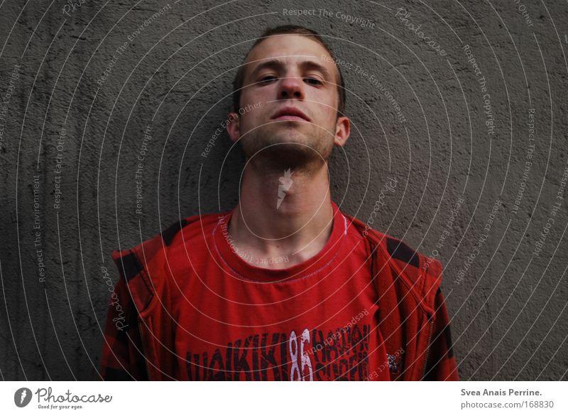 ach so Rauschmittel maskulin Junger Mann Jugendliche Erwachsene Gesicht 1 Mensch 18-30 Jahre Mauer Wand Pullover brünett kurzhaarig hängen dreckig rot