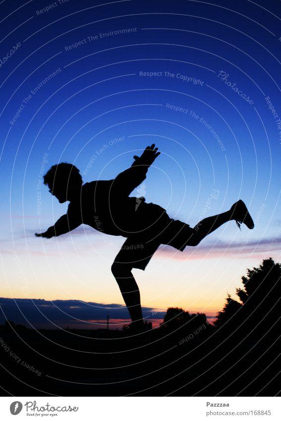Karls Sohn auf dem Dach Farbfoto Außenaufnahme Textfreiraum oben Abend Dämmerung Licht Schatten Kontrast Silhouette Gegenlicht Ganzkörperaufnahme Alkohol