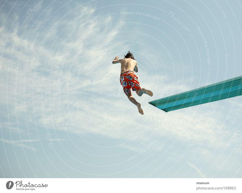 Wolkenkratzer Mensch Himmel Jugendliche Sommer Freude Wolken Leben Sport Bewegung springen Glück Gesundheit Kindheit Freizeit & Hobby Erfolg Schwimmbad