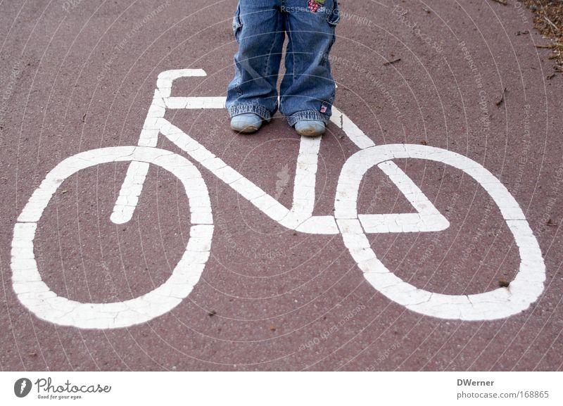 Verkehrserziehung Mensch blau weiß rot Straße Bewegung Beine Fahrrad Angst Freizeit & Hobby laufen Beton wandern Platz fahren