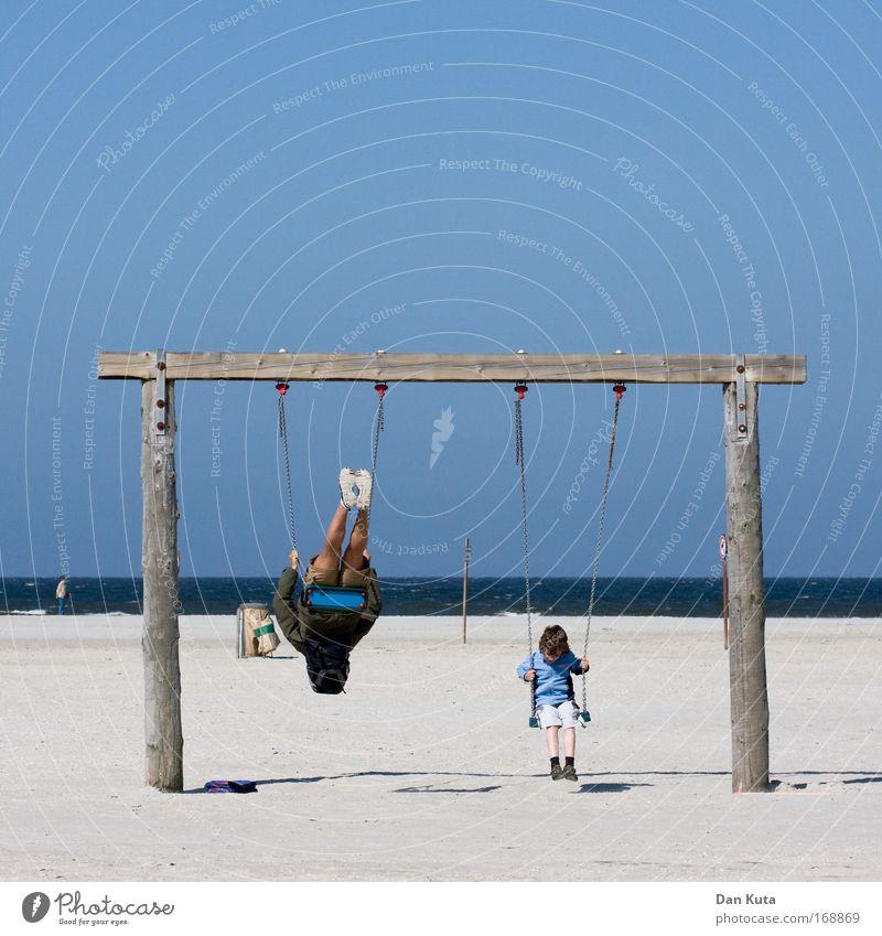 Schaukeln: pro und contra Mensch Kind Freude Erwachsene Leben Spielen Junge Eltern lustig Familie & Verwandtschaft Beine Fuß Freundschaft Kindheit fliegen maskulin