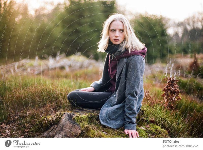 lara.on.film feminin Junge Frau Jugendliche 1 Mensch 18-30 Jahre Erwachsene Natur Landschaft Wald Mode Jacke Mantel Schal blond sitzen braun gelb grün