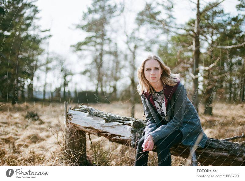 lara.on.film feminin Junge Frau Jugendliche 1 Mensch 13-18 Jahre 18-30 Jahre Erwachsene Natur Landschaft Mantel blond Scheitel sitzen warten schön natürlich