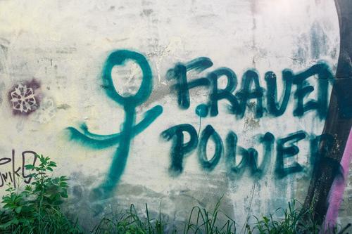 Female Fitness Frau blau Wand Graffiti lustig feminin grau Kraft Schriftzeichen authentisch einfach Coolness trendy Typographie Wort Putz
