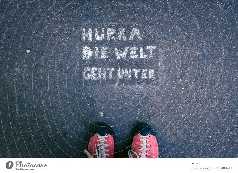 Nee, doch nicht ... Straße Graffiti lustig Fuß Erde Schuhe Europa Pause Völker Asphalt Vertrauen Typographie Straßenkunst Politik & Staat Alltagsfotografie Rede