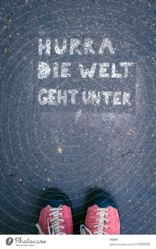 Tagesgerücht Straße Graffiti lustig Erde Fuß Schuhe Europa Pause Völker Asphalt Vertrauen Typographie Straßenkunst Politik & Staat Alltagsfotografie Rede
