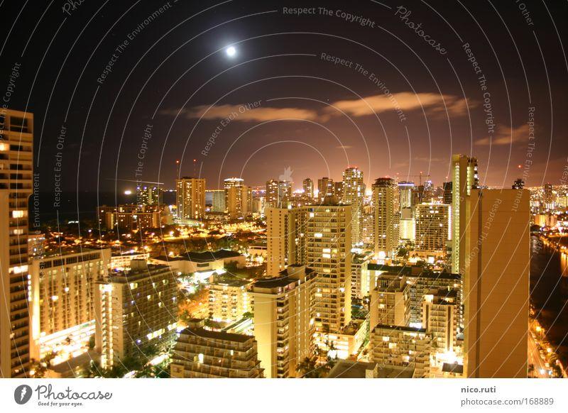 Honolulu by Night Nacht Mond Vollmond dunkel Stadt Hochhaus Skyline Waikiki Hawaii Oahu Nachtleben Lichtverschmutzung USA Langzeitbelichtung Urlaubsstimmung