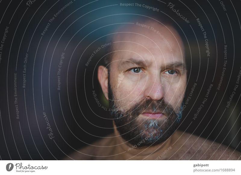 Mann mit Bart schaut aus dem Fenster Mensch maskulin Erwachsene Leben 1 45-60 Jahre Gefühle Stimmung Traurigkeit Sorge Trauer Müdigkeit Unlust Schmerz Sehnsucht