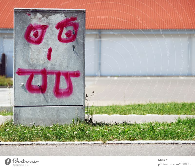 Strombob Metallkopf Farbfoto Außenaufnahme Straße Graffiti bedrohlich lustig bizarr Elektrizität stromfresser Stromverbrauch Stromkreis stromkasten Zähne zeigen