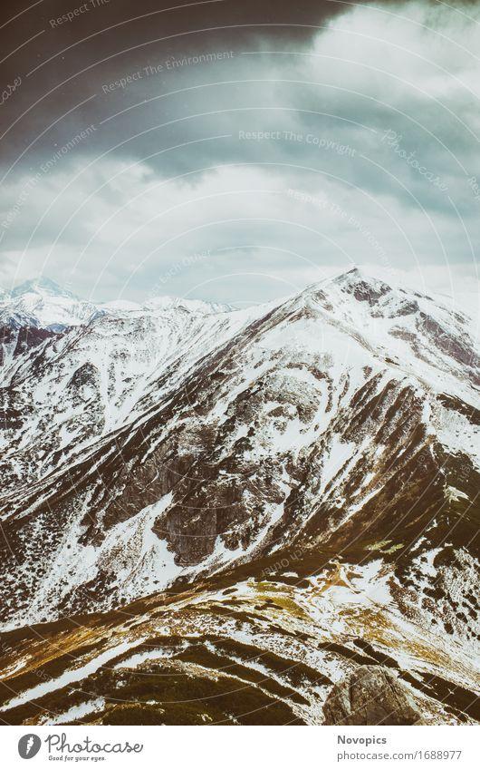 view on the High Tatras IV Himmel Natur blau grün Wasser weiß Landschaft Wolken schwarz Berge u. Gebirge Stein Felsen Gipfel Schneebedeckte Gipfel Hochgebirge