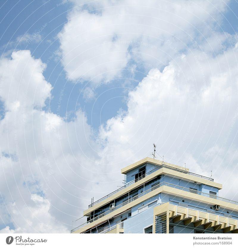 Haus Nr. 61 Himmel blau weiß Sommer Wolken Haus Architektur Wärme hell Fassade Beton Europa Häusliches Leben trist Dach einfach