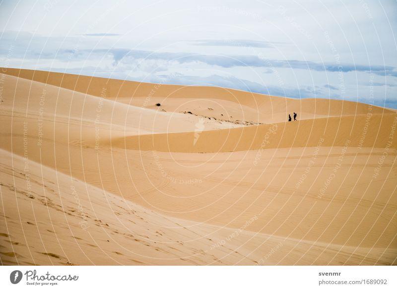 Mui Ne Sand Dune Mensch Himmel Ferien & Urlaub & Reisen blau Sonne Landschaft Wolken Ferne Umwelt gelb Wärme Wege & Pfade Paar Tourismus Erde