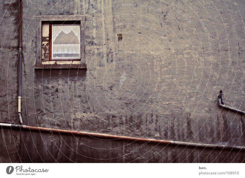 Heimat Gedeckte Farben Menschenleer Textfreiraum rechts Achern Deutschland Haus Traumhaus Gebäude Mauer Wand Fassade Fenster Abflussrohr dreckig dunkel hässlich