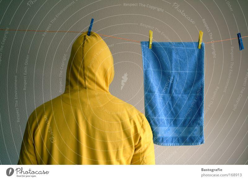 einfach mal abhängen Mensch blau Freude Erwachsene gelb Regen Arbeit & Erwerbstätigkeit Wohnung Rücken dreckig nass maskulin frisch planen Bekleidung