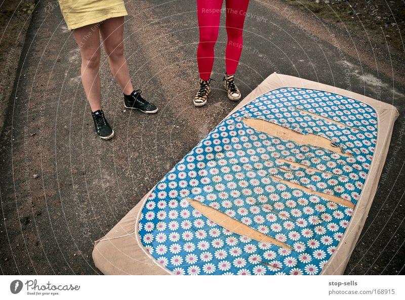 irgendwie ratlos [was tun?] Frau Mensch Straße Erholung feminin Beine Erwachsene Fuß Paar Zufriedenheit kaputt paarweise Bett Müll Theaterschauspiel
