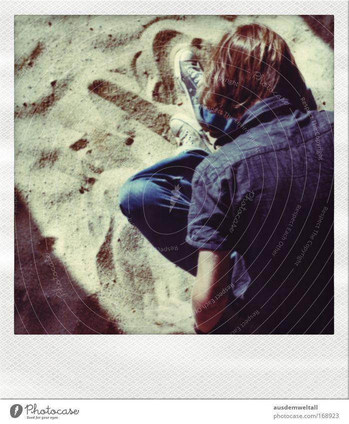 Sandmann Farbfoto mehrfarbig Außenaufnahme Nahaufnahme Polaroid Tag Schatten Kontrast Vogelperspektive Rückansicht Blick nach hinten Blick nach unten Mensch