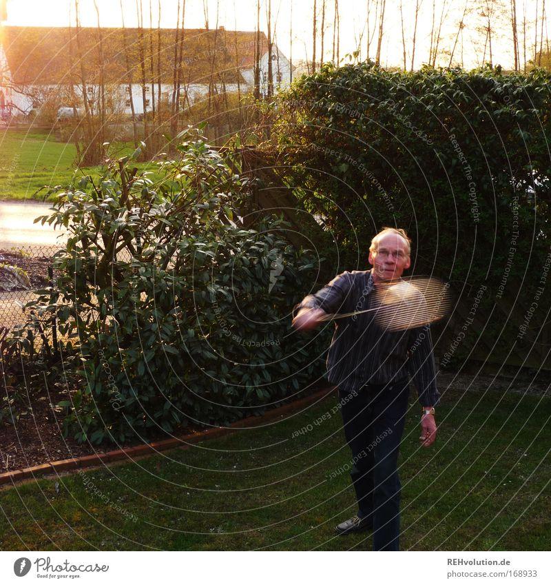 rentnergartensport Farbfoto Außenaufnahme Textfreiraum links Dämmerung Gegenlicht Bewegungsunschärfe Ganzkörperaufnahme Freizeit & Hobby Spielen Garten